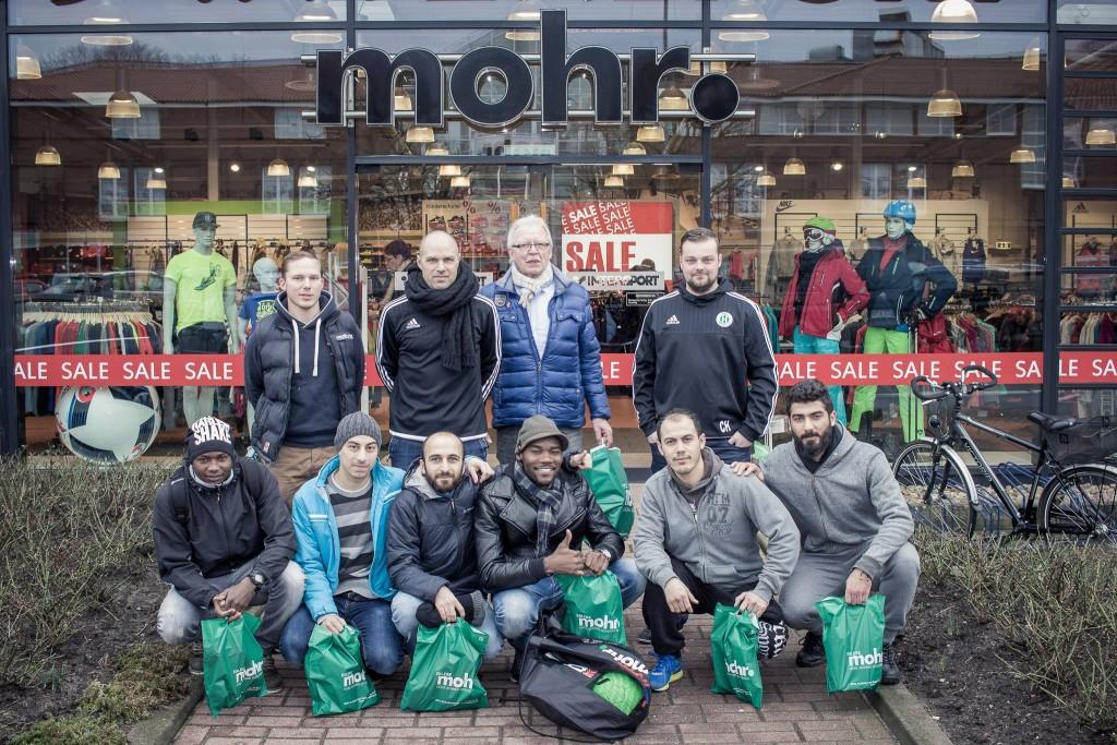Fußballschuhe für Flüchtlinge bei Intersport Mohr in Dollern